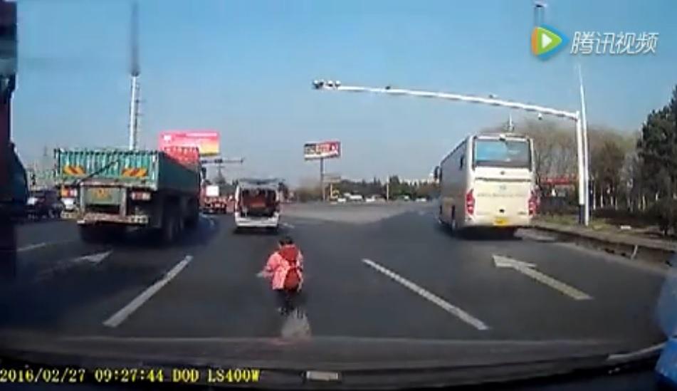 車から落ちる01