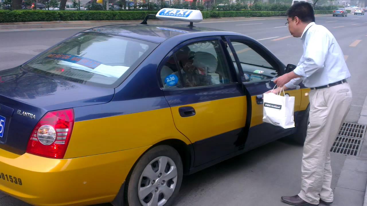 05予約したタクシー到着