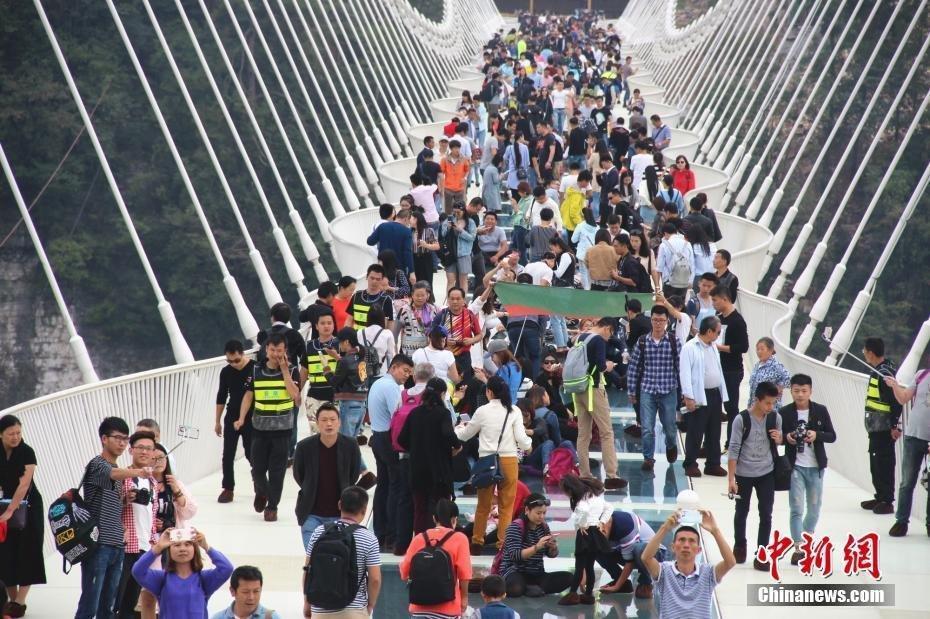 9月30日より再度開放された、話題のガラスの橋
