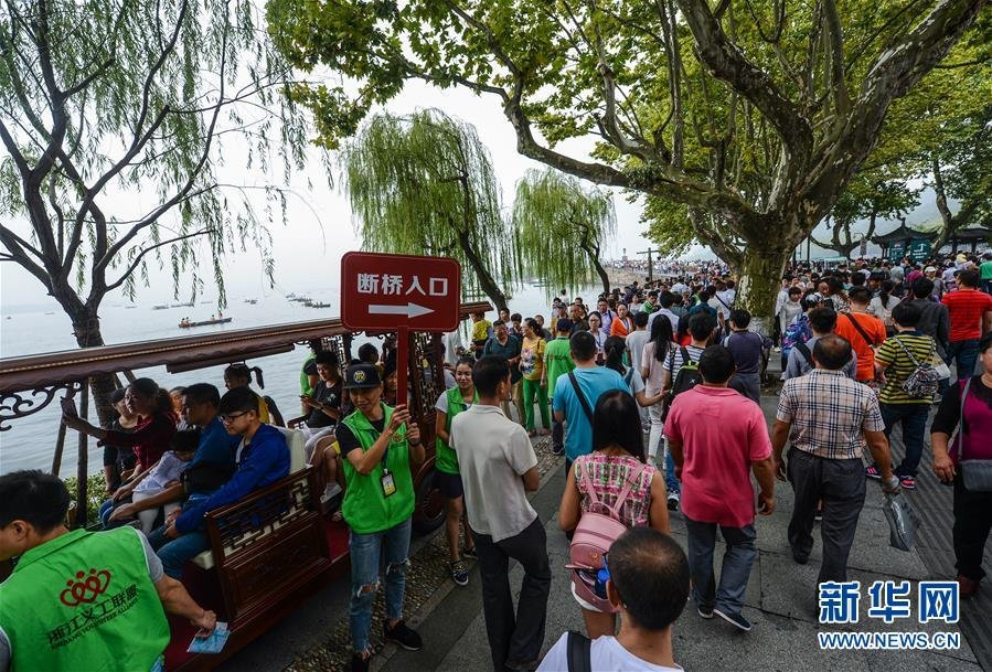 杭州の西湖ではボランティアも休日返上で大活躍!