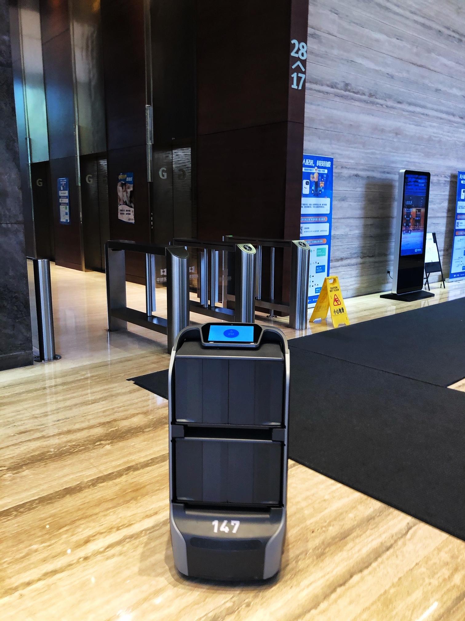 上海•建物内を自由自在に動きまわる配送ロボット(2020年3月31日撮影)