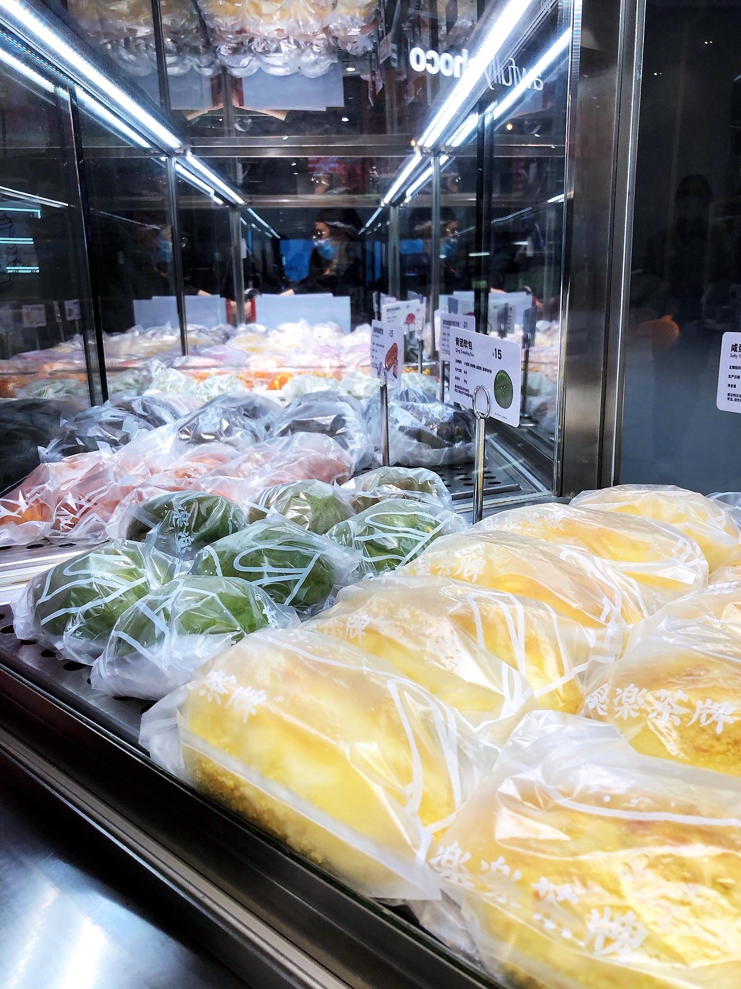 上海•パンも個別包装してディスプレイへ