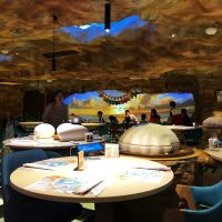 ウミガメが料理を運ぶ?夢とファンタジーの世界観が広がる非接触型レストラン!