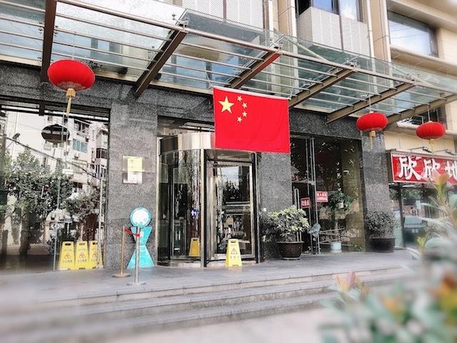 上海のオフィスビルにも国旗が登場