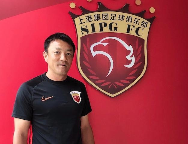 上海•上海上港サッカークラブで指導する清水監督