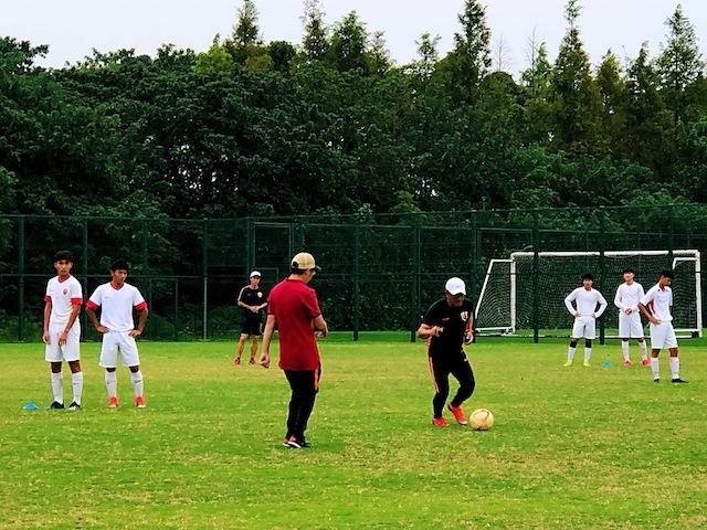 上海•練習でも積極的に動いて教える清水監督