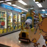 スヌーピーの可愛いコンビニが若者の街に出現!(香港)