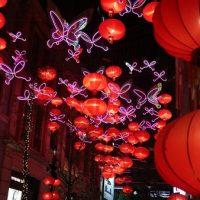 希望の蝶と祝福のランタンでいっぱいの利東街