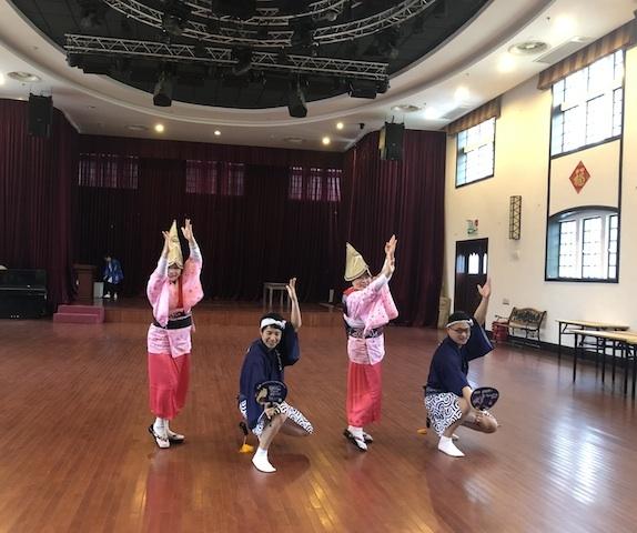 上海・模範演技を見せる「上海連」のメンバー