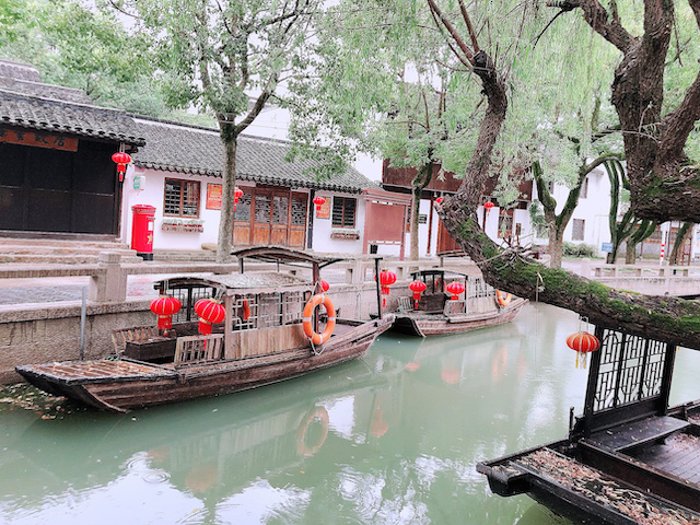 上海・練塘古鎮の水路をめぐる遊覧船