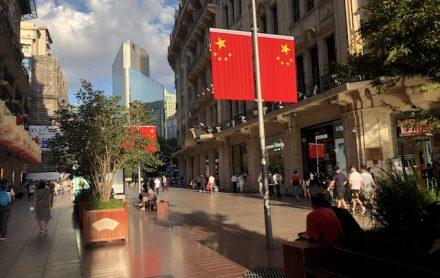 上海・大型連休を迎える準備がすすむ南京東路